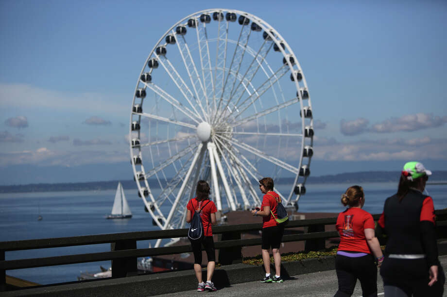Runners pause to take in the view from the Alaskan Way Viaduct. Photo: JOSHUA TRUJILLO, SEATTLEPI.COM / SEATTLEPI.COM