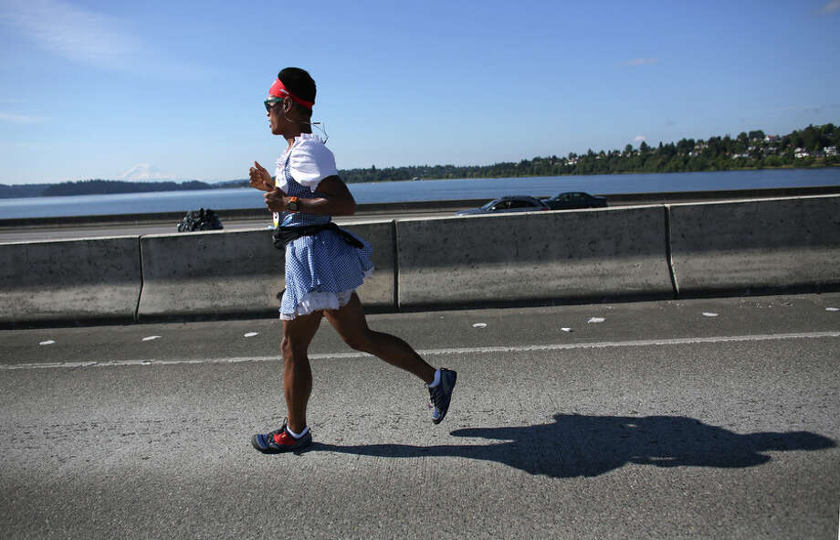 A runner crosses the Interstate 90 floating bridge. Photo: JOSHUA TRUJILLO, SEATTLEPI.COM / SEATTLEPI.COM