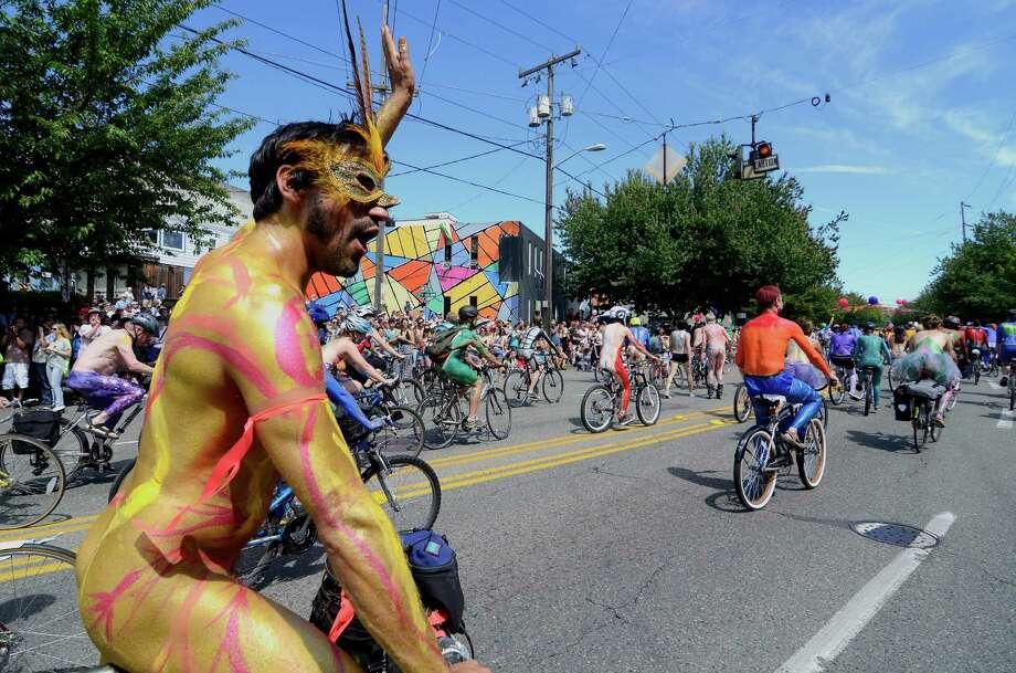 A biker gives the crowd a wave. Photo: SY BEAN, SEATTLEPI.COM / SEATTLEPI.COM