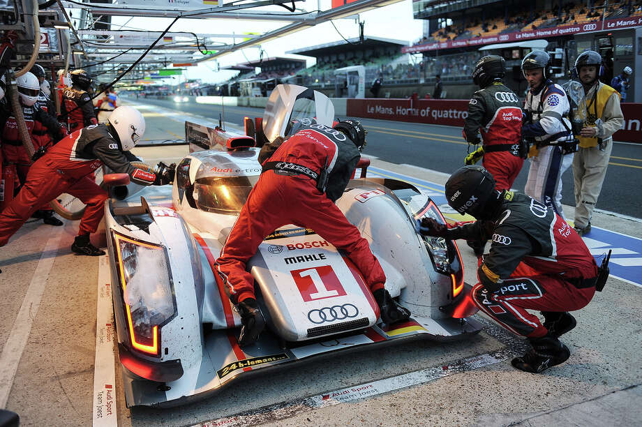 Mechanics the Audi R18 e-tron quattro N∞1 driven by France's Benoit Treluyer during the Le Mans 24 Hours endurance race on June 22, 2013, in Le Mans, western France. Photo: AFP, AFP/Getty Images / 2013 AFP
