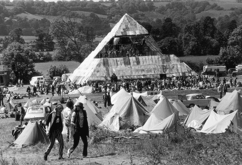 1971:  Hippies at the second Glastonbury Festival, which saw the first use of a pyramid stage. Photo: Ian Tyas, Getty Images / Hulton Archive