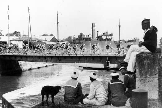 1925: Sailors watch contestants in the Tour de France cycle past at the port of Roquefort on the Nantes-Bordeaux leg of the race. Photo: Hulton Archive, Getty Images / Hulton Archive