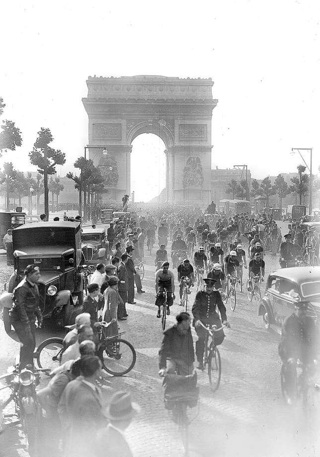 1937: The Tour de France at the Champs-Elysees. Photo: LAPI, Roger Viollet/Getty Images / LAPI/Roger Viollet