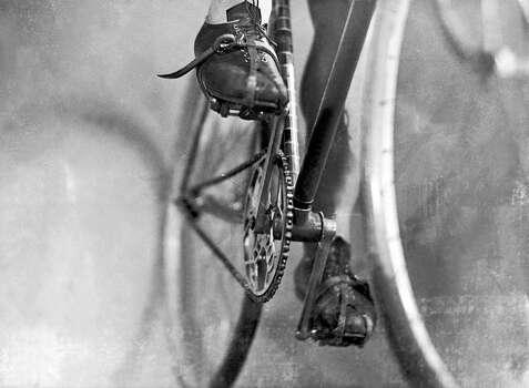 1930-1935: Between 1930 and 1935, this drivetrain has no derailleurs. Until 1937, derailleurs were forbidden on the Tour de France. Photo: Keystone-France, Gamma-Keystone Via Getty Images / 1930 Keystone-France