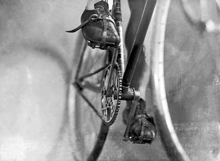 1930-1935: Between 1930 and 1935, this drivetrain has no derailleurs. Until 1937, derailleurs were forbidden on the Tour de France. Photo: Keystone-France, Gamma-Keystone Via Getty Images / 1930 Keystone-France