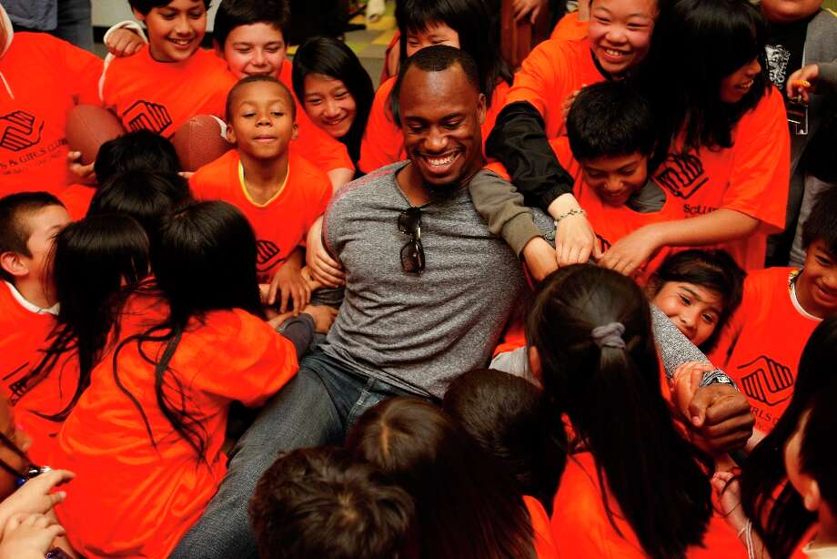 Vernon Davis goofs around with kids after posing for a picture at the Tenderloin Boys and Girls Clubhouse in San Francisco Calif, on Friday, May 20, 2011. Photo: Alex Washburn, The Chronicle / SFC
