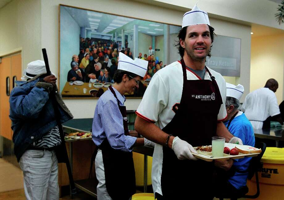 Giants pitcher Barry Zito delivers a meal to a diner. Photo: Paul Chinn, The Chronicle / ONLINE_YES