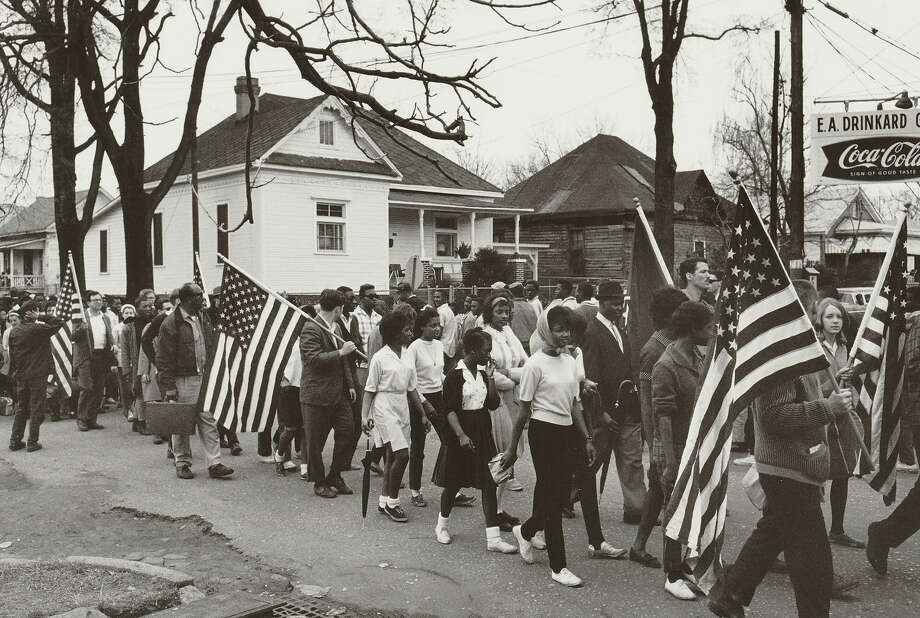 Participants, some carrying American flags, marching in the civil rights march from Selma to Montgomery, Alabama in 1965 Photo: Buyenlarge, Getty Images / Archive Photos