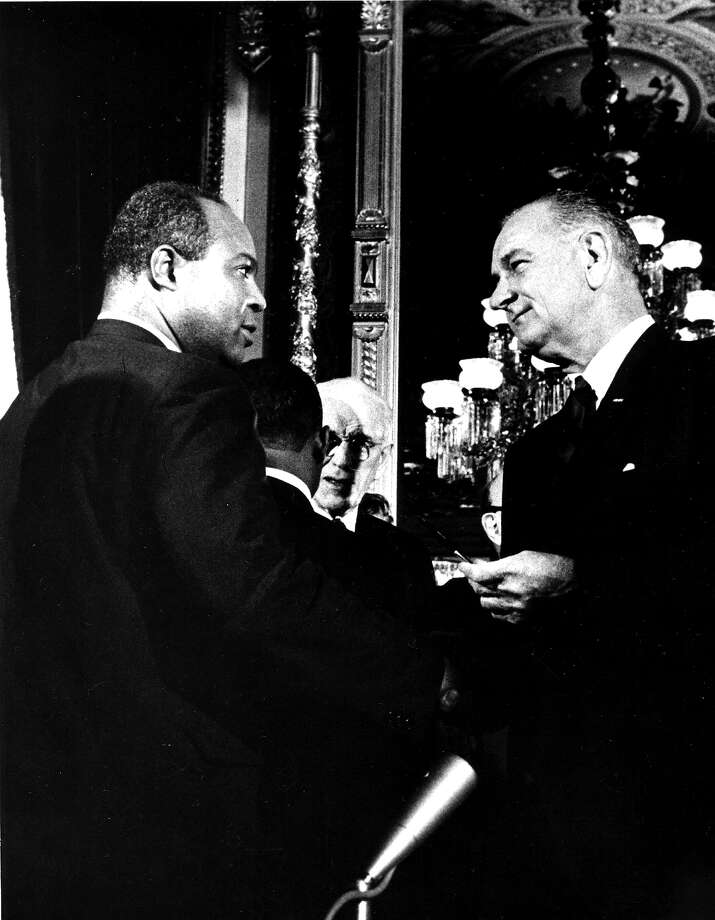 American President Lyndon B. Johnson (1908 - 1973) presents one of the pens used to sign the Voting Rights Act of 1965 to the director of the Congress of Racial Equality (CORE) James L. Farmer Jr (1920 - 1999), Washington DC, August 6, 1965. Photo: PhotoQuest, Getty Images / Archive Photos