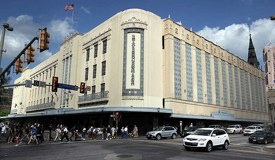 Rivercenter mall owners plan to re-develop the old Joske's Department Store building -- most recently occupied by Dillard's -- and the walkway adjacent to it next to the Menger Hotel.  Photo: TOM REEL, San Antonio Express-News / TREEL@EXPRESS-NEWS.NET