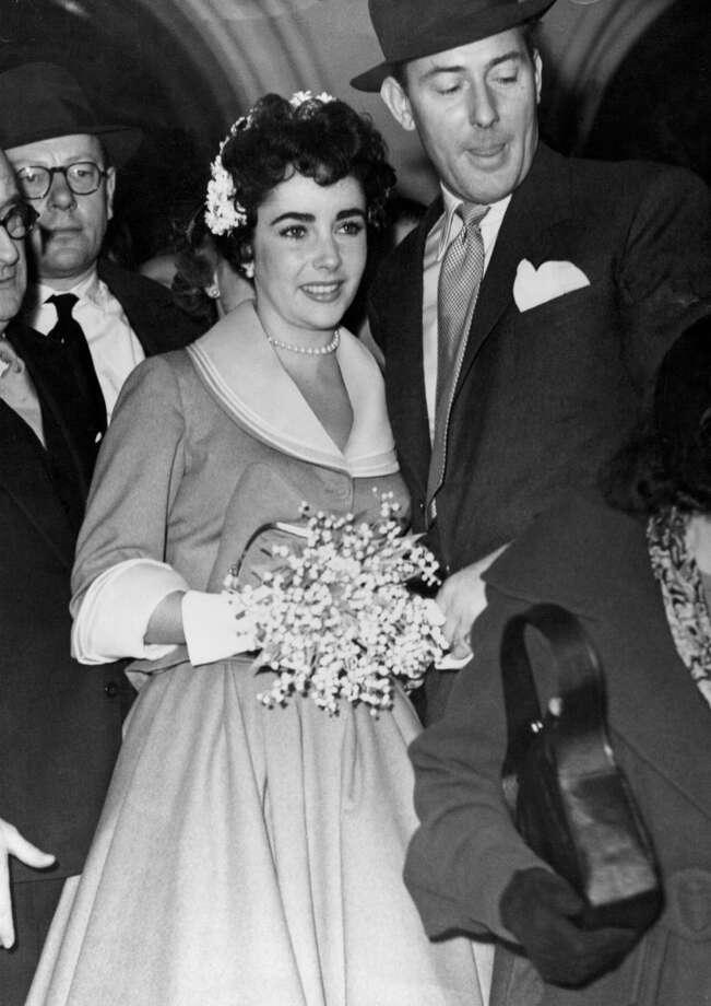 LONDON, UNITED KINGDOM - FEBRUARY 21: Screen star Liz Taylor and Bristish actor Michael Wilding after their wedding on February 21, 1952 in London, England. (Photo by Keystone-France/Gamma-Keystone via Getty Images )