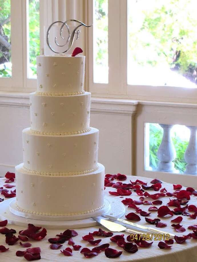 White pearl cake by Beyond Buttercream. Photo: Picasa