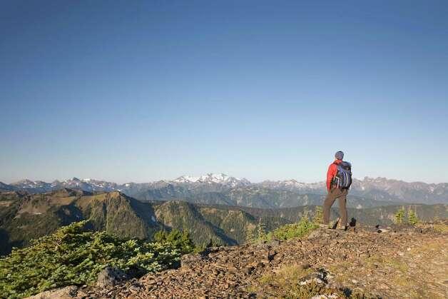 Hiker overlooking mountains Photo: Philip Kramer, Getty Images / (c) Philip Kramer