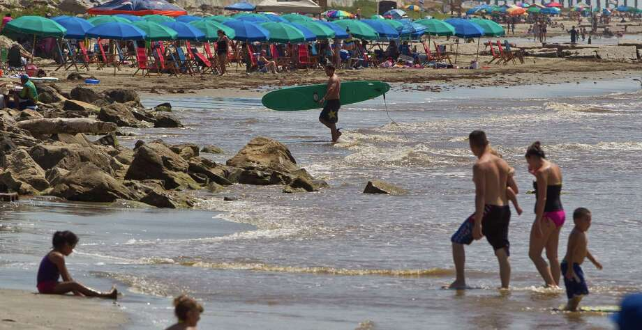 The beach along Seawall Boulevard shows a good turn out of visitors Saturday as folks try to beat the heat in Galveston. Photo: Nick De La Torre, Staff / © 2013  Houston Chronicle