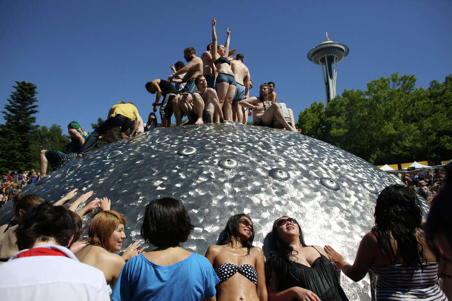 People climb on the International Fountain. Photo: JOSHUA TRUJILLO, SEATTLEPI.COM