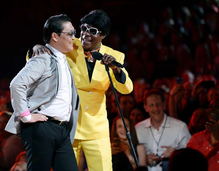 Rapper Psy, left, and actor/comedian Tracy Morgan joke around at the 2013 Billboard Music Awards at the MGM Grand Garden Arena on May 19, 2013, in Las Vegas, Nevada.  (Photo/Ethan Miller/Getty Images)