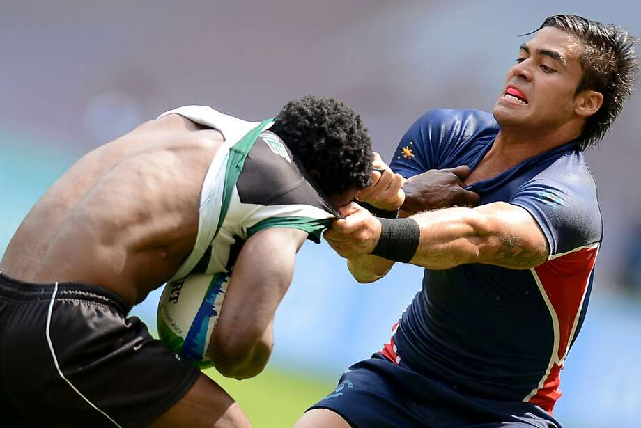 Exchange jerseys AFTER the game, fellas: Matthew Saunders undresses Wensley Mbanje during a Philippines vs. Zimbawe Rugby World Cup Sevens match in Moscow. Photo: Kirill Kudryavtsev, AFP/Getty Images