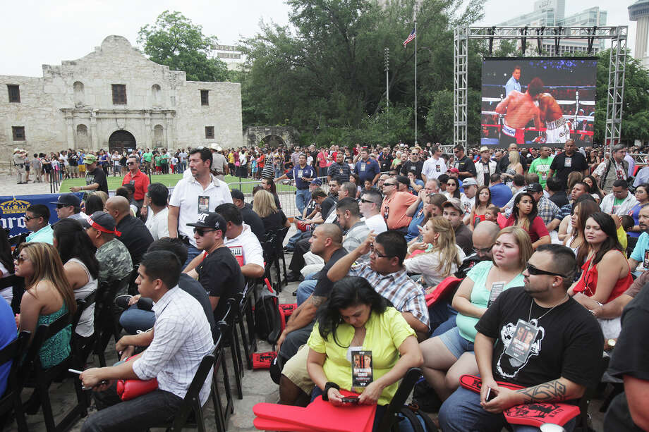 Crowds gather in front of the Alamo on Monday, July 1, 2013 to see Floyd Mayweather and Canelo Alvarez. Photo: Abbey Oldham, San Antonio Express-News / San Antonio Express-News