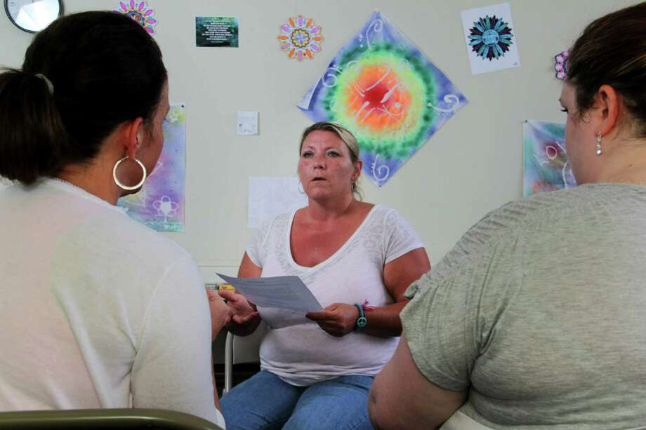Crystal Steele, a patient at the Counseling Center, a rehabilitation facility, talks with other patients at the center in Portsmouth, Ohio, July 1, 2013. A federal analysis of data found that prescription painkiller addiction, long seen as mainly a man's problem, is rising at a far faster rate among women. (Tom Uhlman/The New York Times) ORG XMIT: XNYT118 Photo: TOM UHLMAN / NYTNS