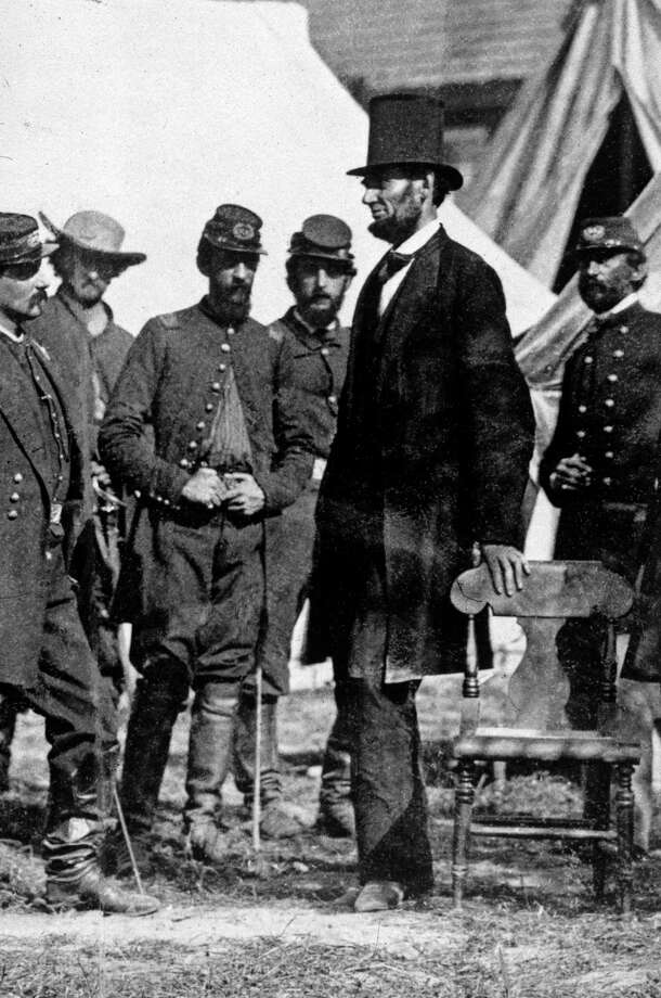 President Abraham Lincoln (1809 - 1865) with General George McClellan (1826 - 1885) at his headquarters on the battlefield of Antietam in Maryland. Photo: MPI, Getty Images / Archive Photos