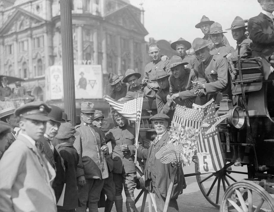 4th July 1918:  American soldiers driving through streets during 4th July celebrations. Photo: Topical Press Agency, Hulton Archive, Getty Images / Hulton Archive