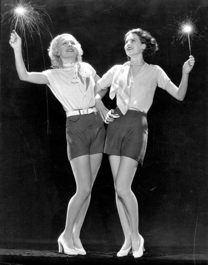 4th July 1932:  Elizabeth Young, a Paramount player of the 30's is celebrating Independence Day by waving sparklers and linking arms with Lyda Roberti (1910 - 1938 ) the German-Polish leading lady who was a former child cafe singer. Photo: General Photographic Agency, Hulton Archive, Getty Images / Hulton Archive