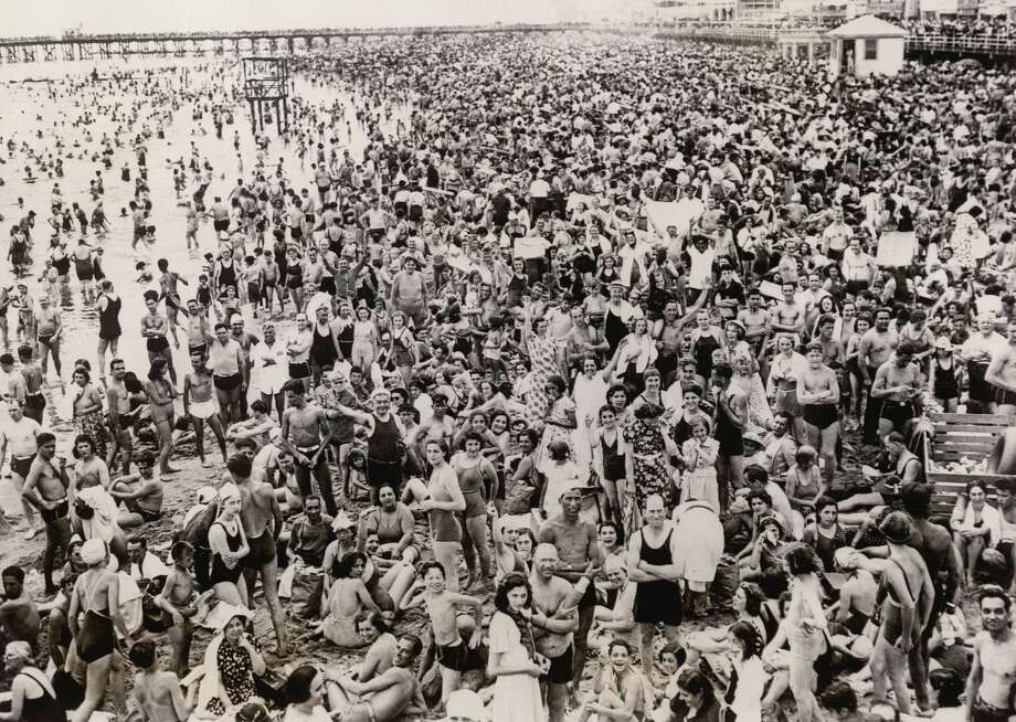 Crowded New York beach, Coney Island, on the 4th of July, 1938. Photo: Imagno, Hulton Archive, Getty Images / Imagno/Austrian Archives