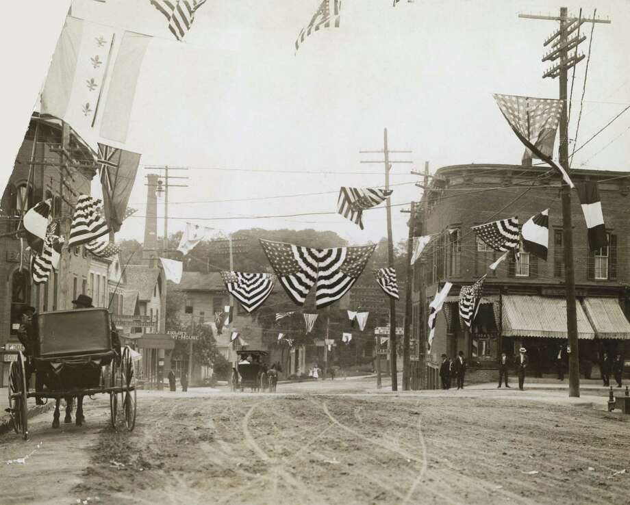 A street decorated for Independence Day in a small American town, circa 1910. Photo: Keystone/FPG/Hulton Archive, Getty Images / 2007 Getty Images