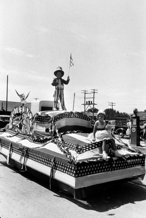 1976:  A float in a Fourth of July parade in the bicentennial of the Declaration of Independence. Photo: MPI, Getty Images / Archive Photos