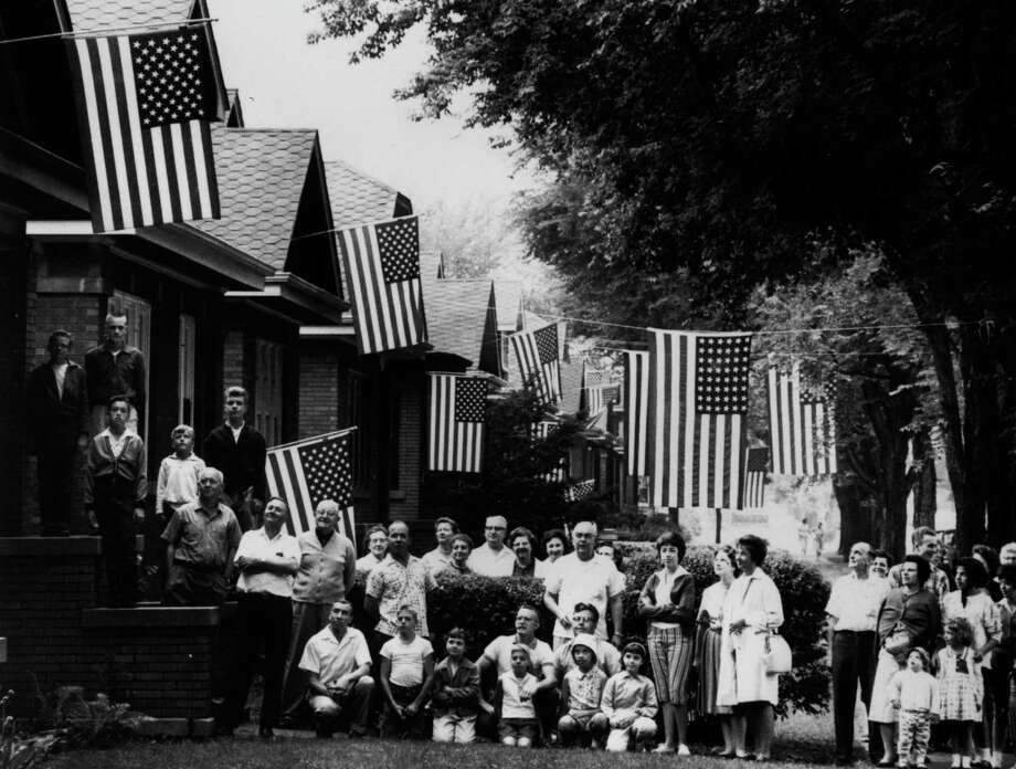 4th July 1961:  Families flying the American flag on the 4th of July from their houses on the west side of Chicago, Illinois. Photo: MPI, Getty Images / Archive Photos
