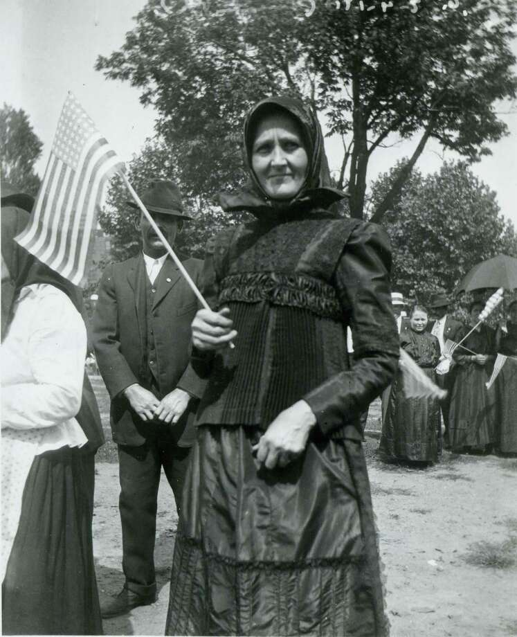 A woman waves an American flag during a Fourth of July celebration at Lincoln Park in Cincinnati, Ohio, 1915. Photo: Felix Koch/Cincinnati Museum Center, Getty Images / Archive Photos