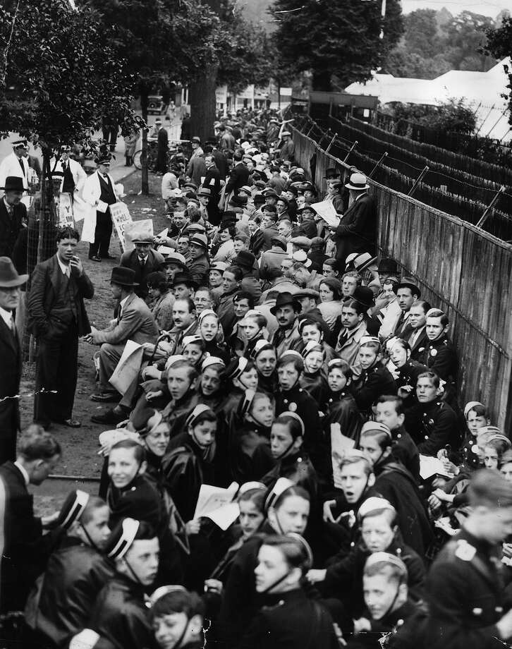 Crowds que outside the gates of Wimbledon in London to see the finals of the Men's Tennis Championships between Fred Perry and Gottfried Von Cramm. Photo: Fox Photos, Getty Images / Hulton Archive