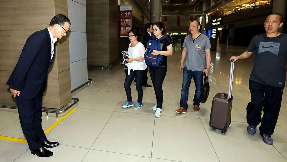 Asiana Airlines President and CEO Yoon Young-doo, left, greets unidentified family members of two Chinese students killed in an Asiana Airlines plane crash on Saturday at San Francisco International Airport, at the transit lounge of the Incheon International Airport in Incheon, west of Seoul, South Korea, Monday, July 8, 2013. Photo: Associated Press