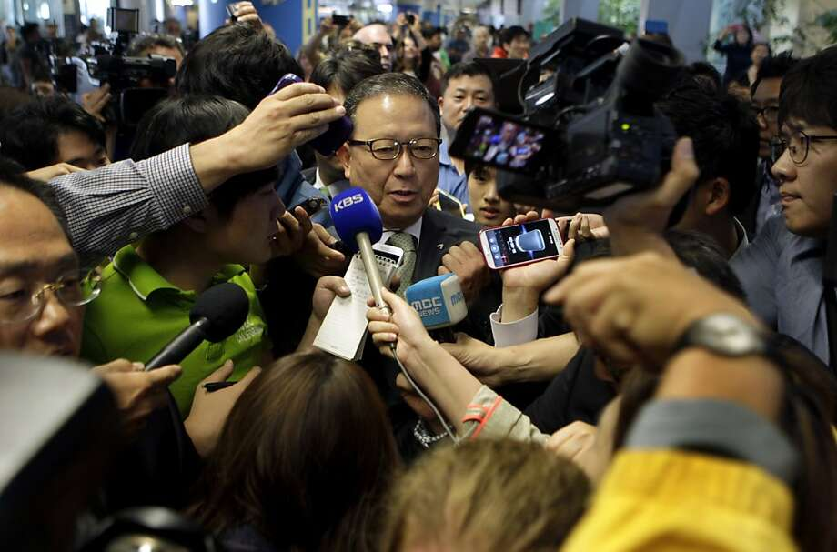 A crush of reporters and photographers converge on Yoon Young-doo (center), CEO of Asiana Airlines, as he makes a brief comment after arriving at SFO before retreating to a secure area of the International Terminal. Photo: Paul Chinn, The Chronicle