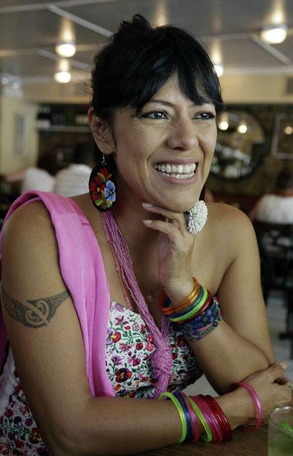 La artista mexicana Lila Downs dice que su familia también experimentó el racismo — en México en los años pasados. Photo: Associated Press
