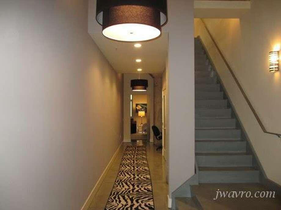 Underwhelming hallway. Photos via J Wavro/Trulia.