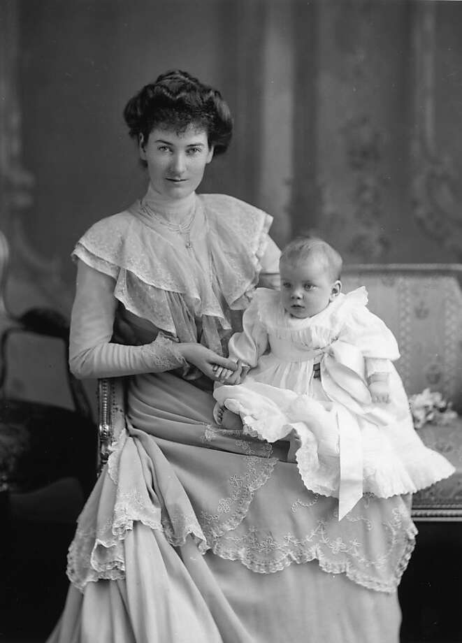 The Duchess of Gloucester with her baby daughter Princess Alice Duchess of Gloucester,circa 1902. Photo: W. And D. Downey