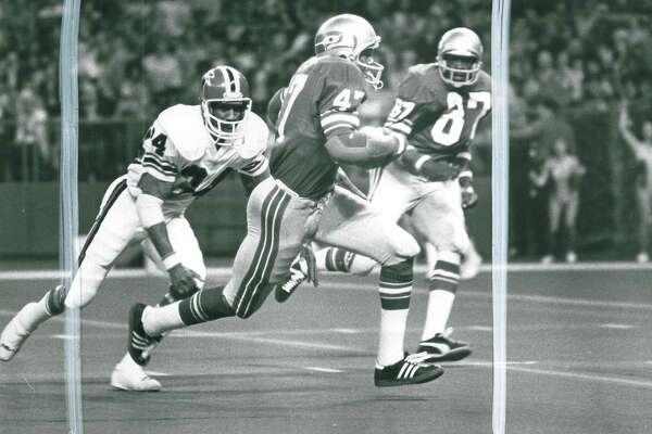 In the Seahawks' inaugural season, 1976, the home uniforms consisted of a blue jersey and gray striped pants. Players wore their number on their sleeves, which had stripes but no Seahawks logo.