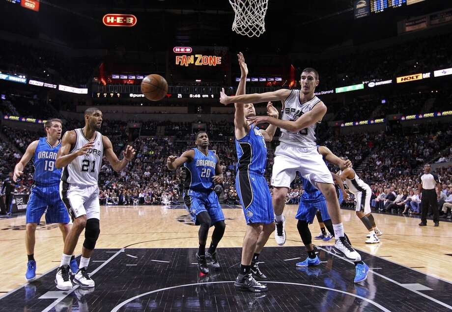 San Antonio Spurs' Nando De Colo passes out to the perimeter during the first half against the Orlando Magic at the AT&T Center, Wednesday, April 3, 3013. The Spurs won 98-84. Photo: Jerry Lara, San Antonio Express-News