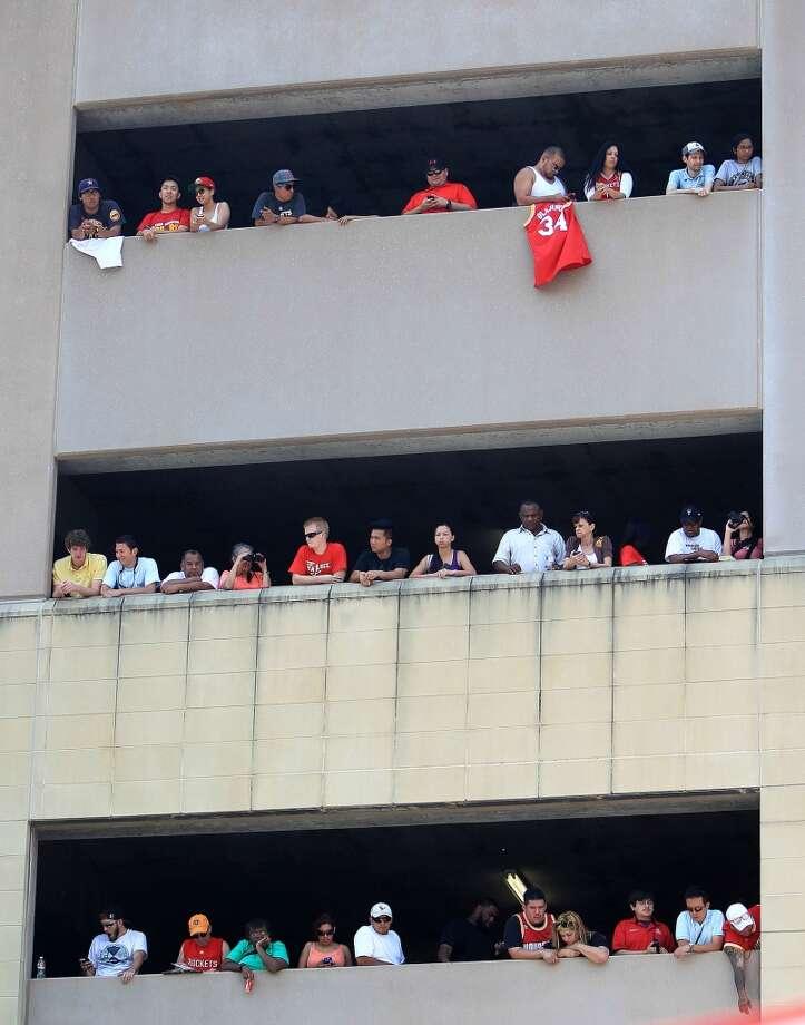 Houston Rockets fans line a parking garage as they wait to see Dwight Howard. Photo: Karen Warren, Houston Chronicle