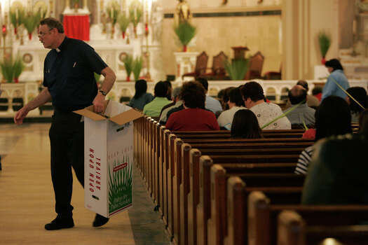 Father John Suenram passes out palms before a Palm Sunday service at the Basilica of the National Shrine of the Little Flower in San Antonio on March 16, 2008. Photo: LISA KRANTZ, San Antonio Express-News / SAN ANTONIO EXPRESS-NEWS