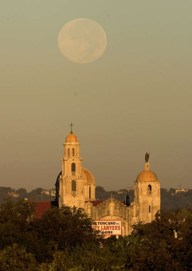 The full moon sets Friday morning Oct. 26, 2007 behind the Basilica of the National Shrine of the Little Flower. Photo: WILLIAM LUTHER, San Antonio Express-News / SAN ANTONIO EXPRESS-NEWS