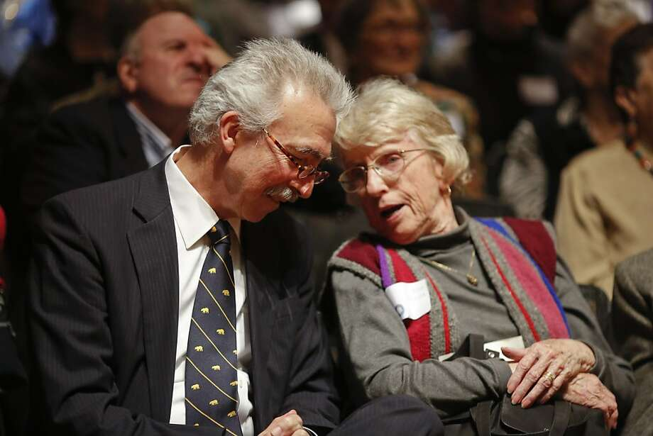 Chancellor Nicholas Dirks talks with Joan Poulter after his speech during the Benjamin Ide Wheeler Society Tea. Photo: Ian C. Bates, The Chronicle