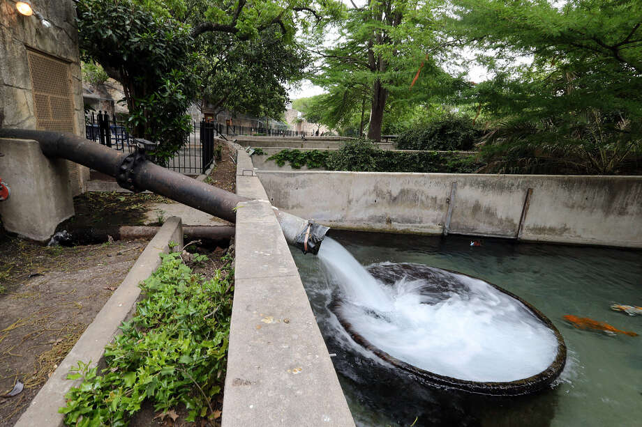 In 2012, the San Antonio zoo pumped 707 millions gallons of water from the Edwards, 5.7 million gallons more than allowed. Photo: Jerry Lara, San Antonio Express-News