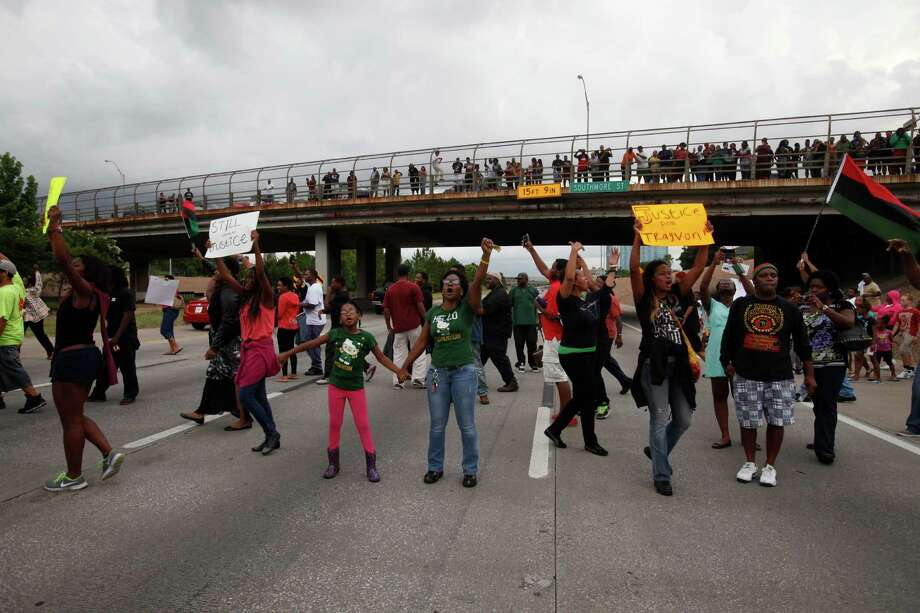 Protesters rally with signs on Texas 288. Photo: Eric Kayne / ©2013 Eric Kayne