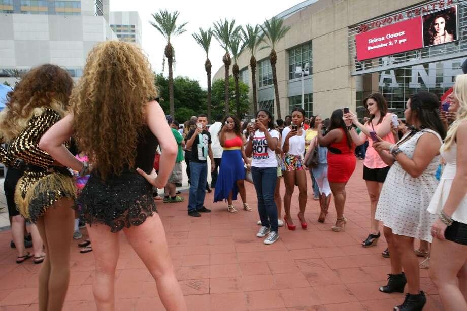 Fans take pictures of Beyoncé impersonators Porsha Diamond Fox and Anastasia Davis. Photo: Michael Starghill Jr., Chronicle