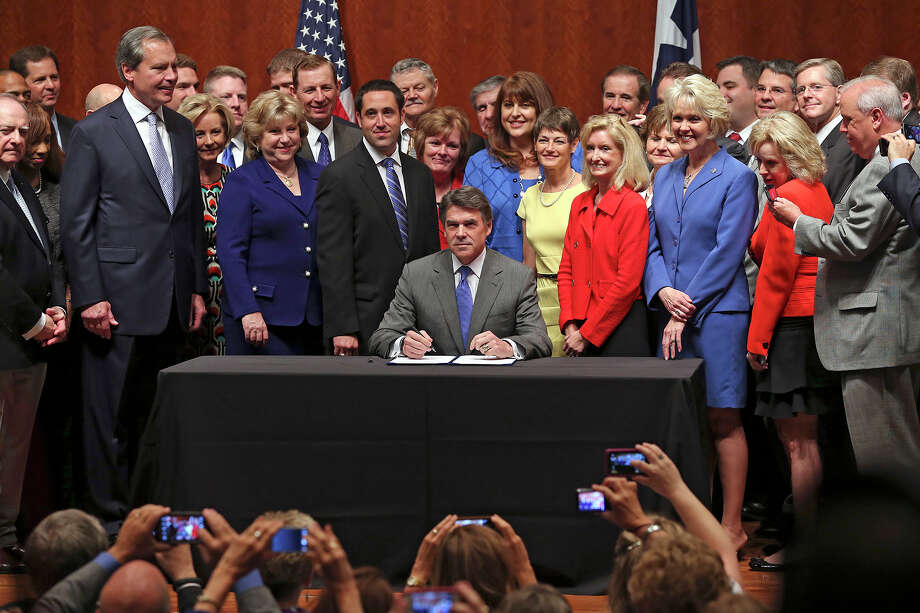 Governor Rick Perry signs into law the abortions restrictions bill  on July 18, 2013. Photo: Tom Reel, San Antonio Express-News