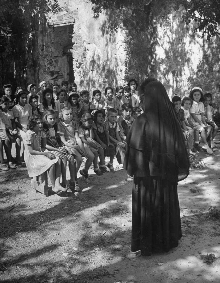 Nun leading summer catechism class outdoors at Mission San Juan on Dec. 31, 1944. Photo: Alfred Eisenstaedt, Time & Life Pictures / Getty Images / Time & Life Pictures/Getty Images