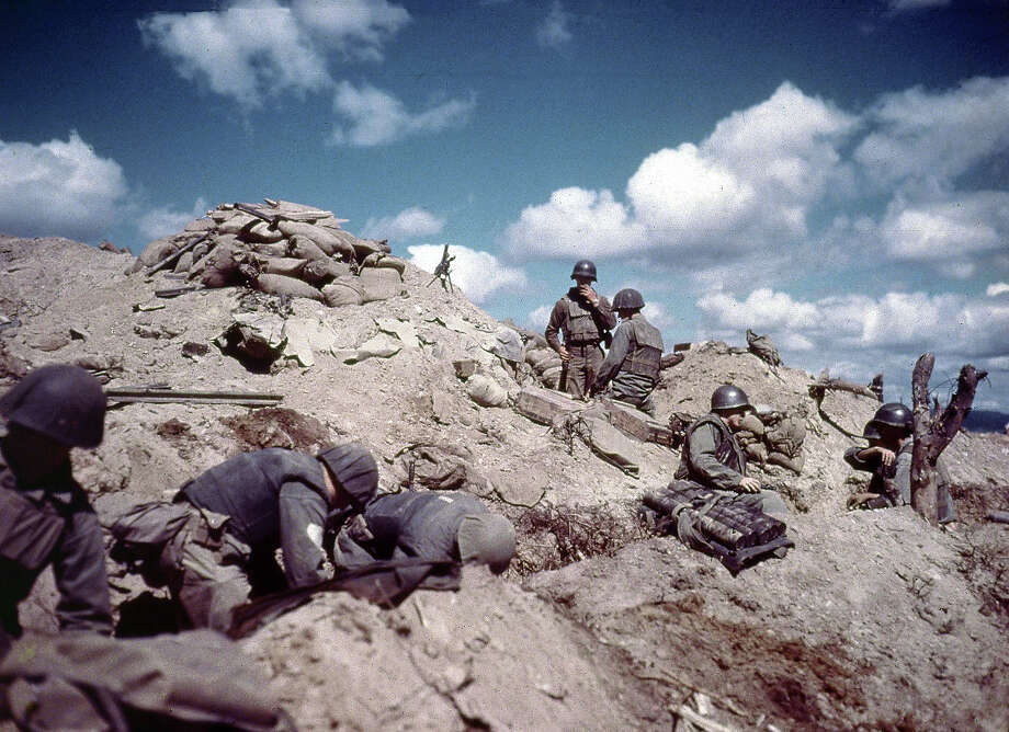 US soldiers dig in to a hill in Korea during the Korean war. Photo: Hulton Archive, Getty Images / 2003 Getty Images