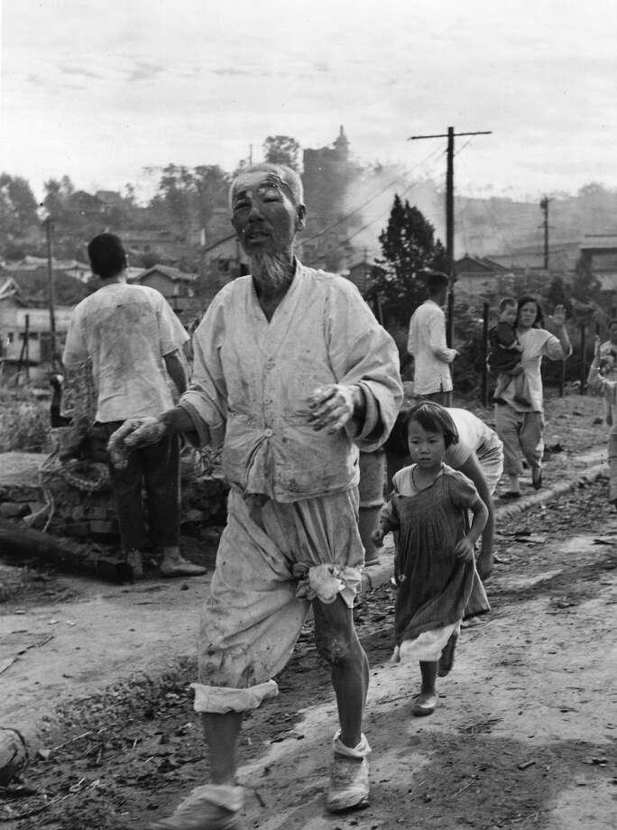 Korean war refugees in the Inchon area, coming in to the US contingent of the United Nation's Forces for aid. Photo: Picture Post, Getty Images / Picture Post